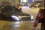 Ảnh: Hà Nội đón mưa lớn đầu mùa, ô tô sang chìm trong biển nước