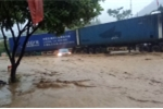 Video: Tai xe container nhanh tri lai xe chan o to dang bi lu cuon troi o Son La hinh anh 1