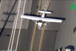 Clip: Hãi hùng máy bay hạ cánh trên đường nườm nượp ô tô