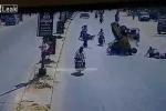 Clip: Tai nạn liên hoàn, đường phố hỗn loạn vì một phụ nữ sang đường
