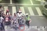 Hành động của cảnh sát trẻ khiến dân mạng 'tan chảy'