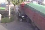 Video: Xe tải nghiền nát xe con, 3 người trong xe sống sót thần kỳ