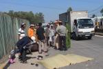 Tránh 'lô cốt' giữa đường, 2 bà cháu bị container tông chết