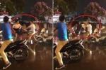 Clip: Va chạm giao thông, 2 người đàn ông lao vào 'cận chiến' giữa trời mưa
