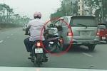 Clip ôtô đi ẩu, ủi ngã cô gái khiến nạn nhân bị xe máy cán vẫn thản nhiên bỏ đi