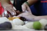 Video: Học sinh khiếm thị làm bánh trung thu ở Hà Nội