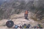 'Rụng tim' clip phóng môtô trên con đường nguy hiểm nhất hành tinh