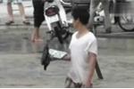 Hà Nội: Dân mò biển số ôtô trên đường phố ngập nước