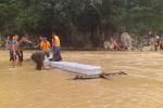 Ảnh: Kết bè đưa từng thùng hàng cứu trợ vào bản bị lũ tàn phá khủng khiếp nhất ở Thanh Hóa