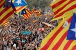 Ảnh: Catalan tuyên bố độc lập, hàng vạn người dân đổ ra đường ăn mừng