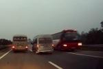 Clip: Xe khách đi ngược chiều lao 'điên cuồng' trên cao tốc Hà Nội - Lào Cai
