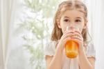 Vì sao trẻ dưới 1 tuổi không nên uống nước trái cây?