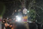 Dân thi nhau đu cây, vượt rào sau giờ khai ấn đền Trần Nam Định 2018