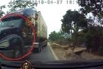 Clip: Container vượt kiểu 'giết người', suýt đâm trực diện ô tô con
