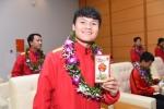 Video: Quang Hải cùng đồng đội được lì xì ngày đầu năm mới