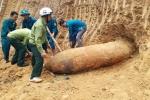 Đào đất làm vườn, người dân phát hiện quả bom dài hơn 2,5m