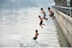Người lớn nhắc nhở vẫn rủ nhau tắm hồ, 2 học sinh tiểu học đuối nước thương tâm