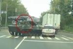 Video: Xe bọc thép Nga bẻ lái quá đà, đâm nát hông ô tô người dân