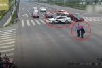 Cảnh sát đỗ xe chắn ngang giao lộ, dắt cụ ông qua đường gây 'bão' mạng