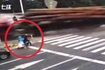 Clip: Tránh xe máy sang đường kiểu tự sát, xe đầu kéo chở gỗ lật đè chết người