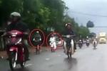 Clip: Vừa lái xe máy vừa nghe điện thoại, cô gái 'hại người hại mình'
