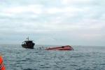 Đâm chìm tàu cá, tàu hàng bỏ chạy mặc 15 ngư dân rơi xuống biển