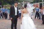 Mặc áo cưới hở hang, vợ bị chồng đấm và hạ nhục ngay tại chỗ