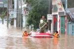 Ảnh: Công an dầm mình trong mưa chuyển đồ giúp dân tránh lũ ở Quảng Ninh