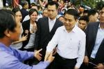 Chủ tịch Hà Nội Nguyễn Đức Chung rời Đồng Tâm trong tiếng vỗ tay, reo hò của người dân