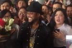 Hàng trăm fan chào đón nghệ sĩ đoạt 6 giải Grammy Apl De Ap tại sân bay