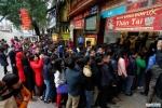 Video: Người Hà Nội đội mưa xếp hàng dài mua vàng ngày vía Thần Tài