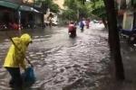 Hà Nội mưa xối xả, người và xe bì bõm lội trên phố ngập