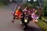 Clip: 'Siêu xe' 2 bánh 8 chỗ chở cả gia đình khiến người xem bật cười
