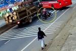 Clip: Xe tải lao điên cuồng đâm sầm xe khách, người đi xe máy thoát chết trong gang tấc