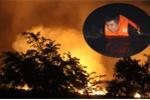 Ảnh: Cảnh sát PCCC bơi qua kênh dập đám cháy rừng tràm ở TP.HCM