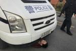 Vợ bị cảnh sát bắt, chồng chui gầm xe 'ăn vạ'