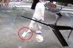 Clip: Thót tim dao chặt thịt rơi từ tầng 3 chung cư, suýt trúng đầu người đi đường