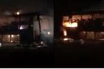 Xe khách cháy bốc cháy ngùn ngụt trong đêm ở Gia Lai