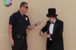 Clip: Khi ảo thuật gia 'giỡn mặt' cảnh sát