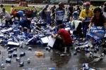 Tài xế bị 'hôi của' cướp bia: 'Tôi van xin nhưng họ vẫn cố lấy thật nhiều'