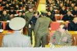 Lộ ảnh chú Kim Jong-un bị bắt trong cuộc họp