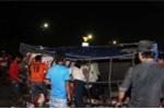 Lật xe chở bia, người dân xúm vào giúp tài xế