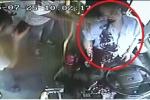Clip: Tài xế xe buýt tấp xe vào lề đường trước khi máu mũi, miệng trào dữ dội