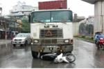 Xe container cố tình đâm ngã cảnh sát giao thông