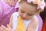 Video: Bé gái 2 tuổi hôn trăn khổng lồ dài 5 mét