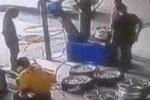 Clip: Bơm nổ lốp xe, công nhân bị bắn tung lên trời