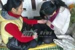 Viện quá tải: Mẹ ngồi trên cống vắt sữa cho con cấp cứu