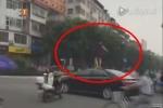 Clip: Phụ nữ vượt đèn đỏ, nhảy lên nóc ô tô nhảy múa