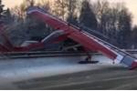 Clip: Phi công quên… đổ xăng, máy bay 'mắc cạn' giữa cao tốc
