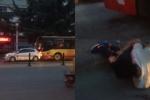 Clip: Xe buýt ngang ngược chèn ép ôtô con, điên cuồng nghiến qua chân tài xế
